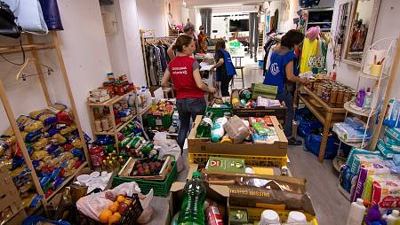 Fundación Juntos por la Vida: Voluntarios reparten ayuda alimentaria