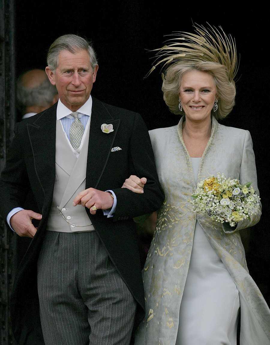 Carlos de Inglaterra y Camilla abandonando la capilla de San Jorge tras la bendición de su enlace civil