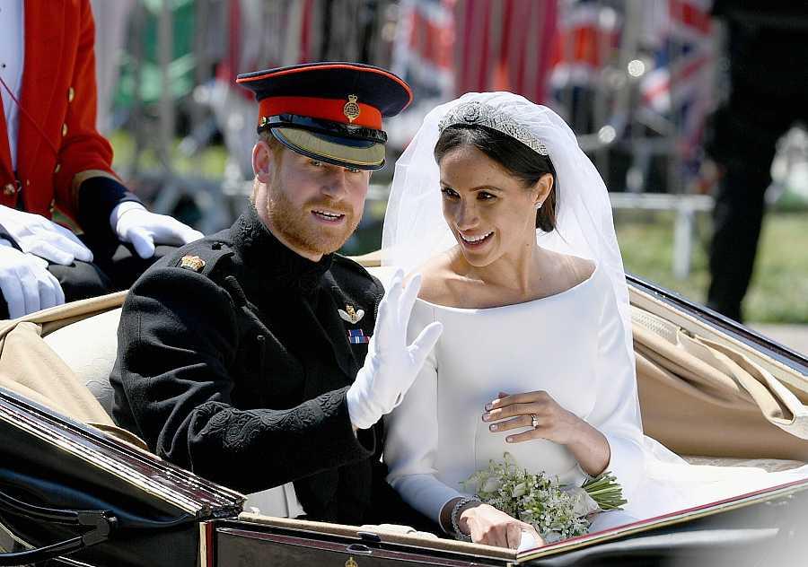 El príncipe Harry y Meghan Markle en el carruaje después de contraer matrimonio