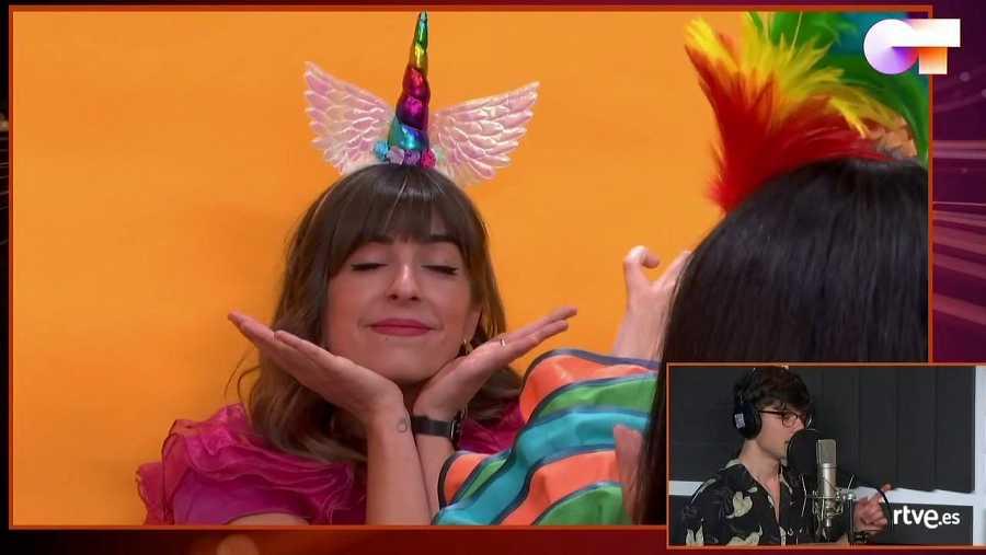 Maialen, princesa-unicornio, posa mientras Flavio graba su canción de esta semana