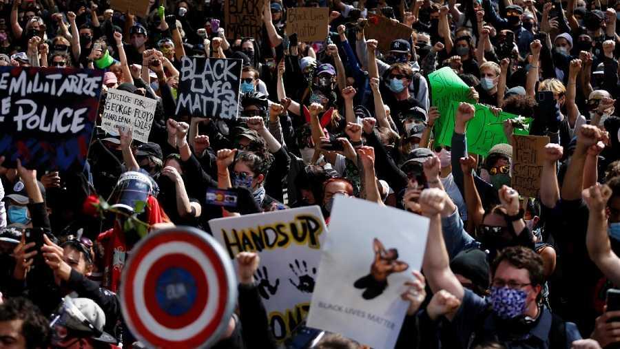 Miles de personas levantan los puños en el Ayuntamiento de Seattle para protestar contra la muerte de George Floyd bajo custodia policial