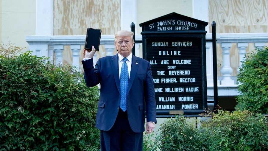 Trump sostiene la Biblia ante la iglesia de St. John's