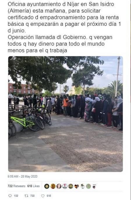 Captura de uno de los mensajes con tono racista y xenófobo que se viralizaron en twitter con la foto real de los migrantes convocados por un bulo que circulaba en whatsapp