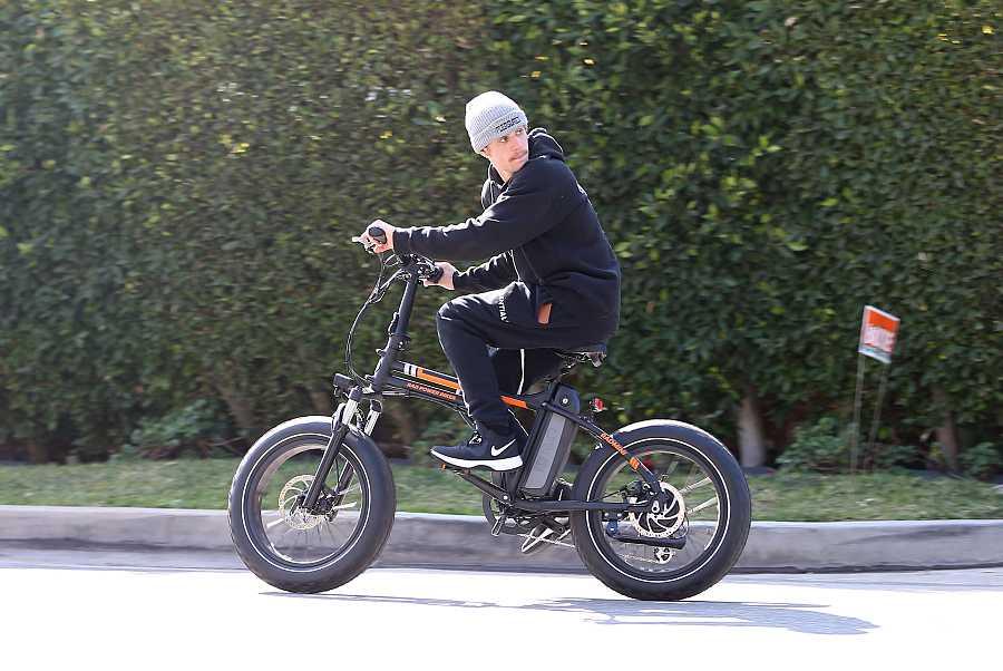 El cantante Justin Bieber en bicicleta en Los Ángeles
