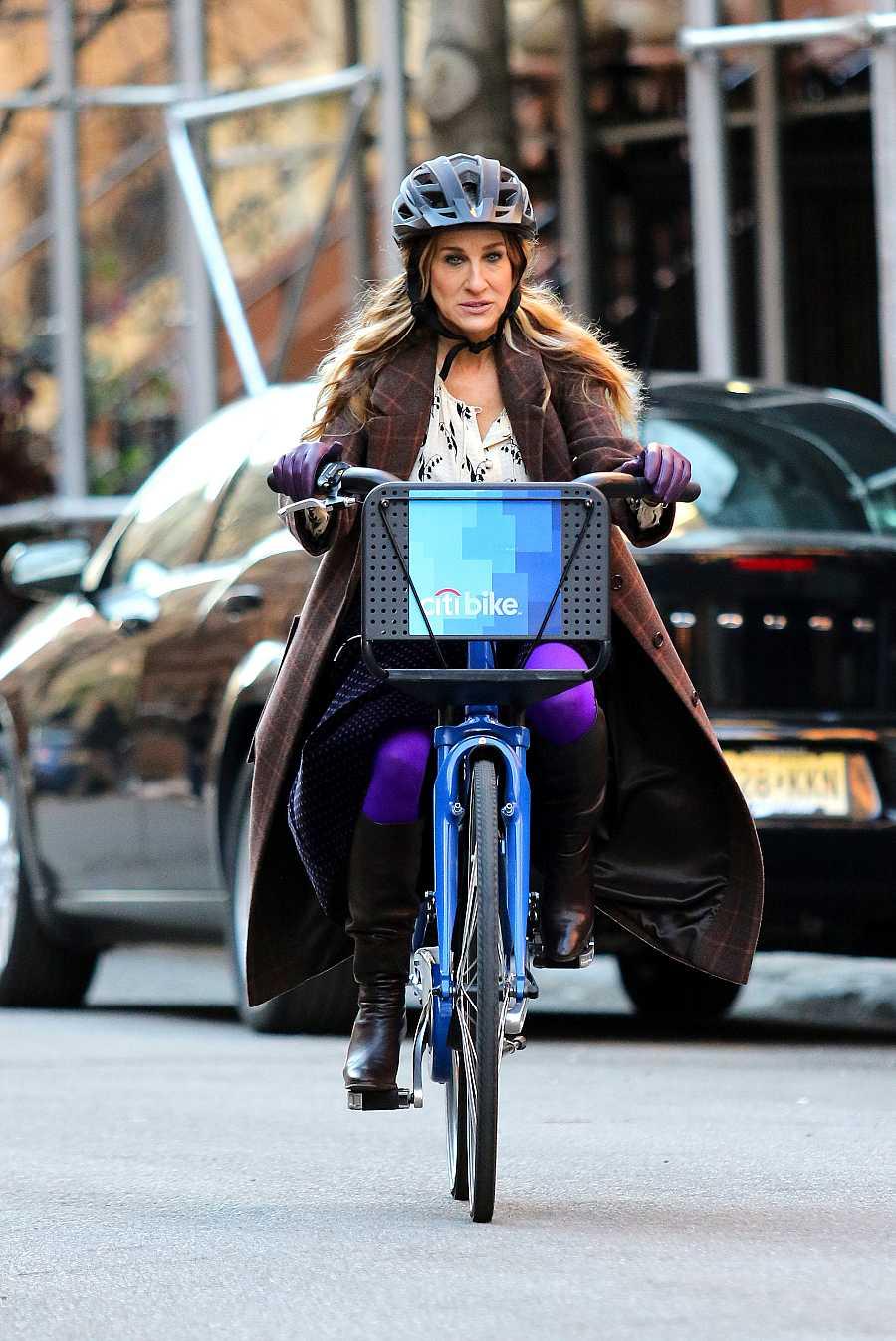 La actriz Sarah Jessica Parker monta en bicicleta mientras graba la película