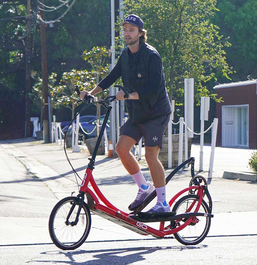 El actor Patrick Schwarzenegger, hijo de Arnold, en Los Ángeles en bicicleta