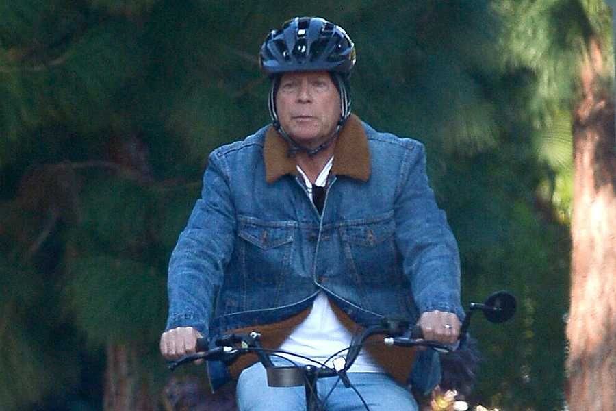 El actor Bruce Willis es capturado en su bicicleta eléctrica en Los Ángeles.