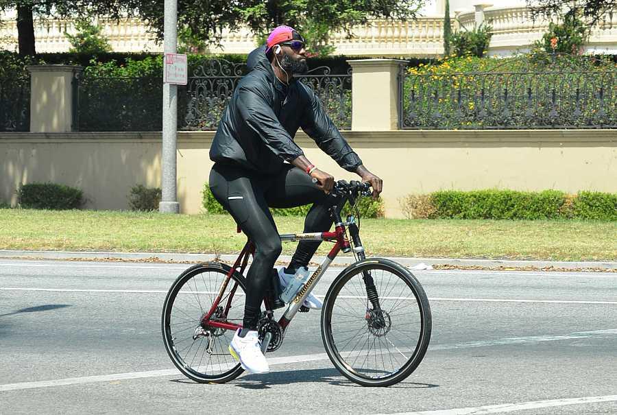 El jugador de baloncesto de Los Ángeles Lakers, LeBron James, pasea en bicicleta en West Hollywood, California