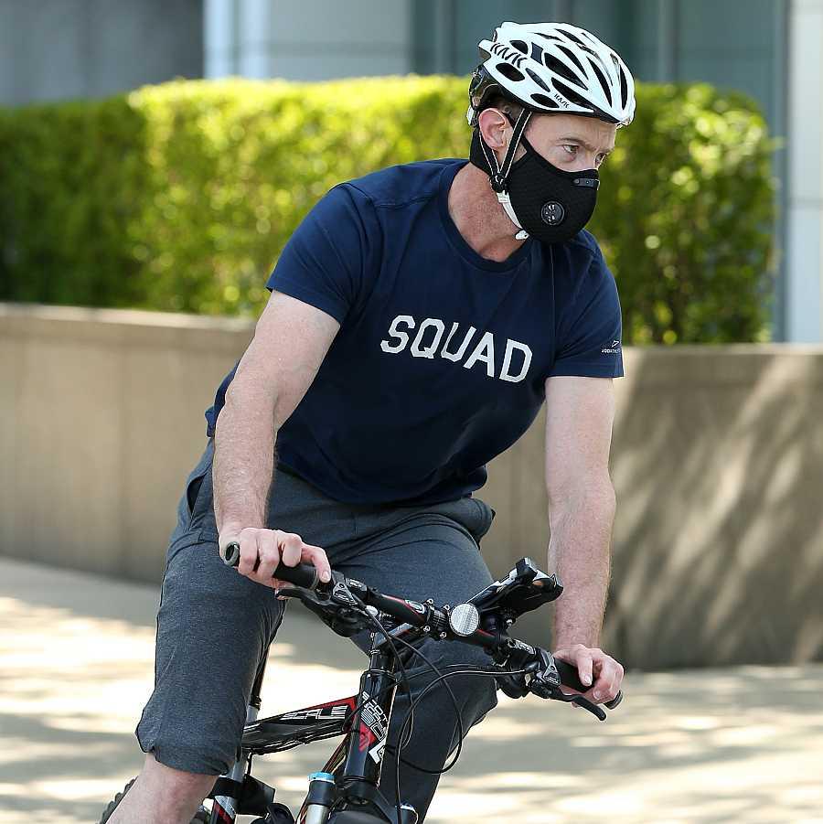 El actor Hugh Jackman paseando en bici por Nueva York