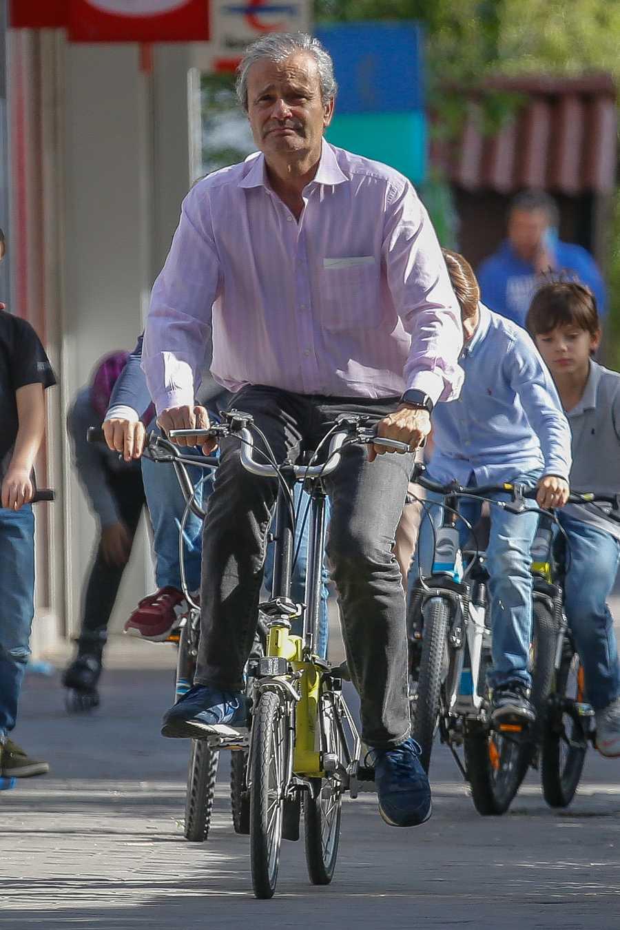 Javier Merino montando en bicicleta por las calles de Madrid