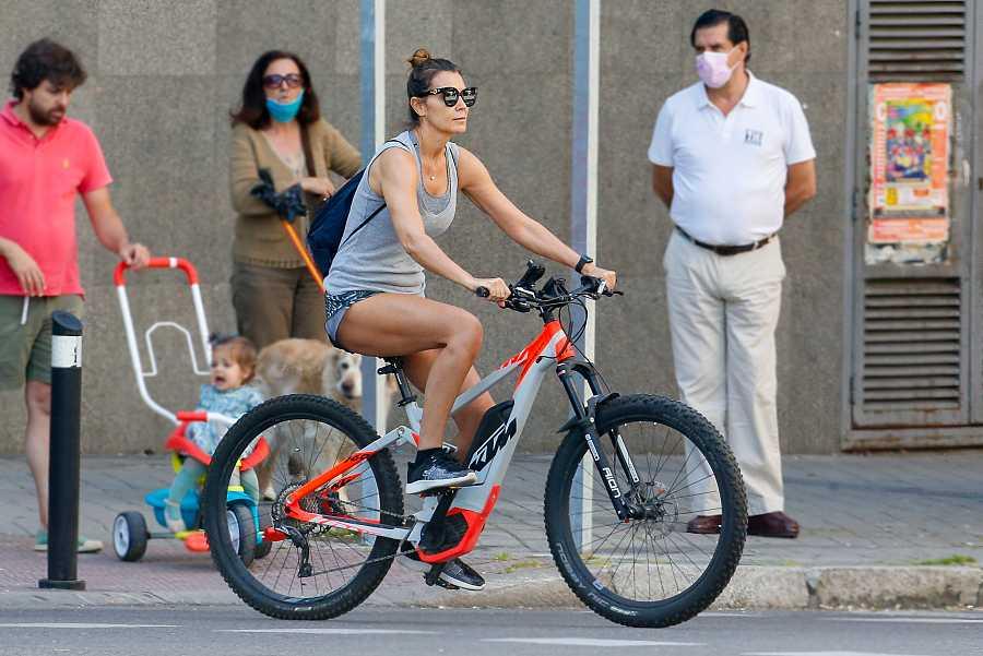 Mar Flores paseando en bicicleta por las calles de Madrid