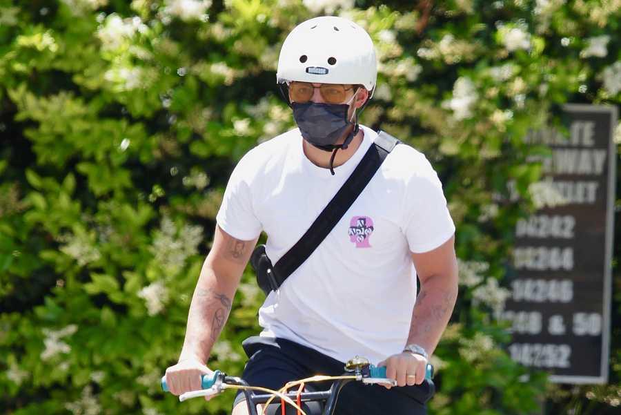 El cantante Joe Jonas monta en bici por Los Ángeles.