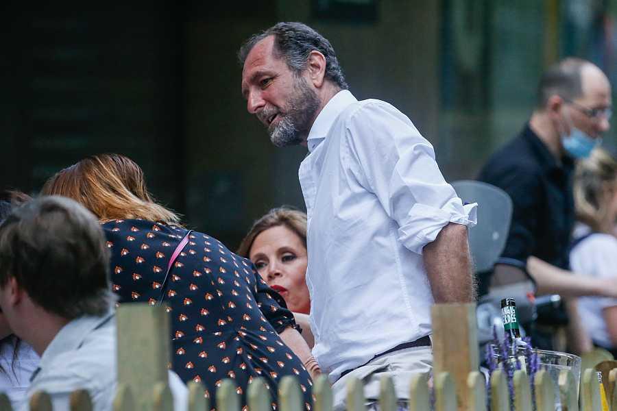 AGATHA RUIZ DE LA PRADA Y LUIS GASSET DISFRUTAN DE SU COMPAÃ'Ã¿A EN UNA TERRAZA DE MADRID