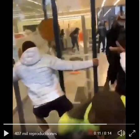 Detalle del vídeo en el que se aprecia a un joven sujetando la puerta automática