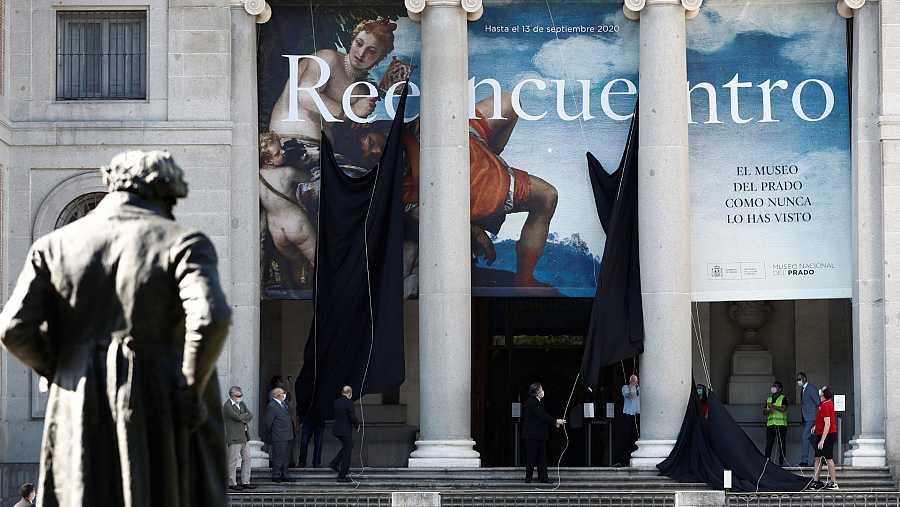 Momento en el que ha sido descubierto el nuevo cartel de la fachada principal del Museo del Prado.