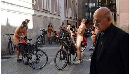 El cardenal Blázquez y los nudistas de Asamblea Ciclista al inicio de la protesta en 2016