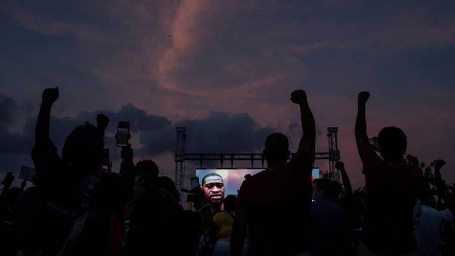 En el mismo Houston, se ha celebrado también una vigilia con velas por Floyd junto a su familia en la Escuela Secundaria Jack Yates.