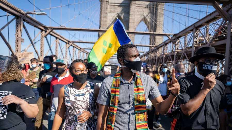 El defensor del pueblo de Nueva York, Jumaane Williams, lidera una multitud que marcha en el Puente de Brooklyn durante una protesta por la reforma policial