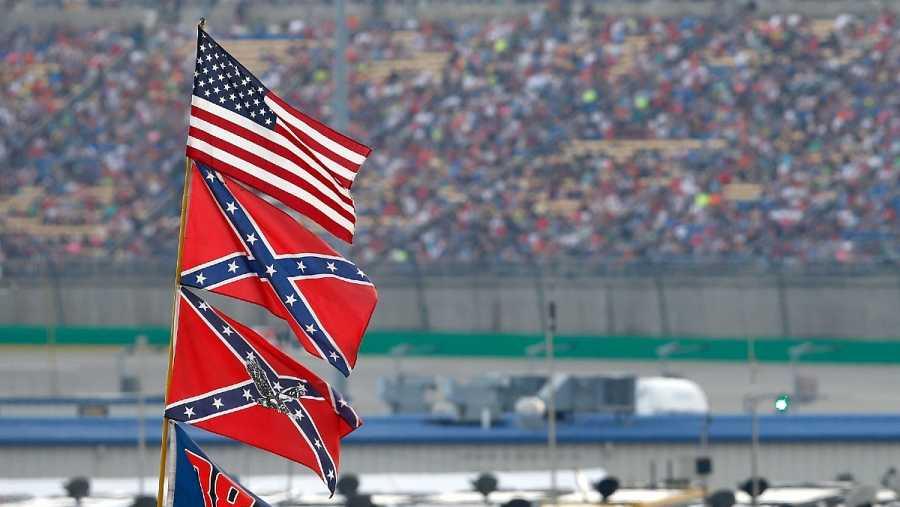 Dos banderas confederadas y una estadounidense en un evento de NASCAR en 2015