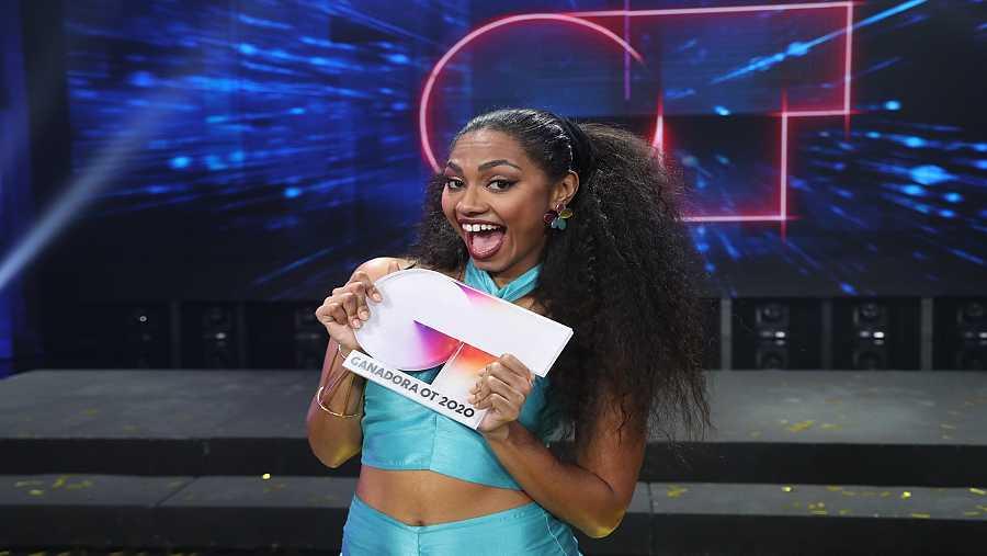 Nia, feliz tras ganar 'Operación Triunfo 2020' con el trofeo en la mano