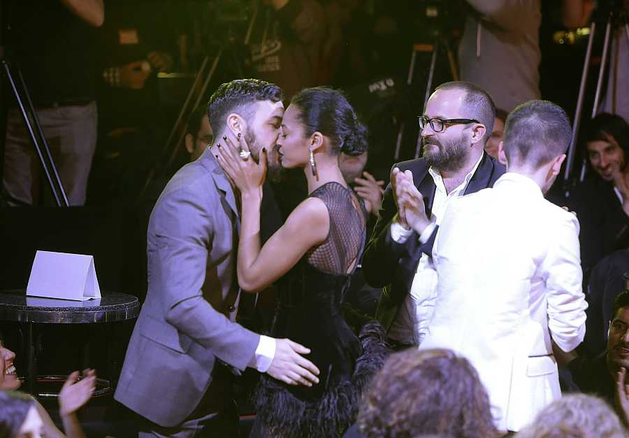 Los actores Mario Casas y Berta Vázquez se besan la entrega de los premios Fotogramas de Plata 2015 en Madrid