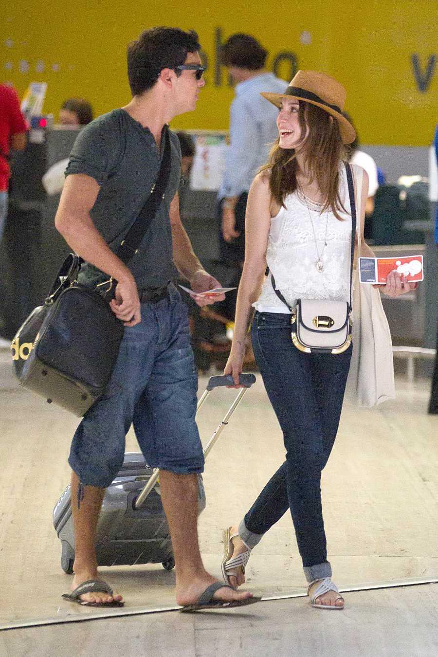 Mario Casas y María Valverde en el aeropuerto de Sevilla