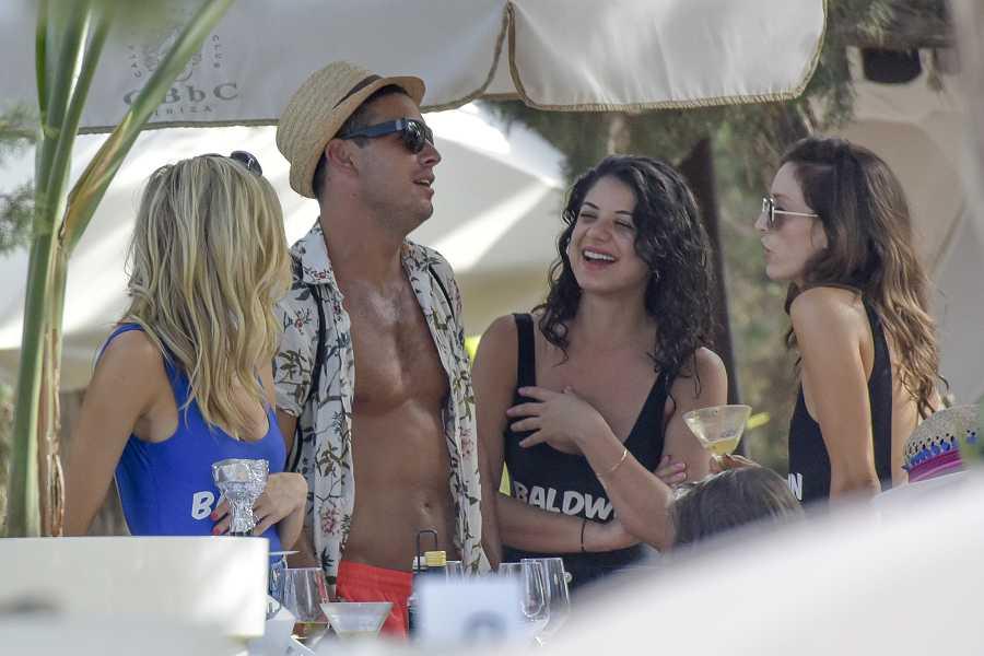 El actor Mario Casas con amigas en Ibiza