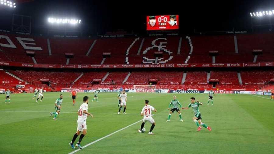 Las gradas vacías del Sánchez-Pizjuán presencian 'El Gran Derbi' entre el Sevilla y el Betis