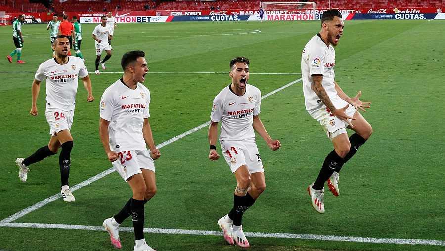 Lucas Ocampos celebra el primer gol del partido