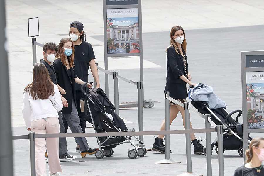 La familia de Dafne Fernández y Jon Chavarria saliendo del Museo del Prado