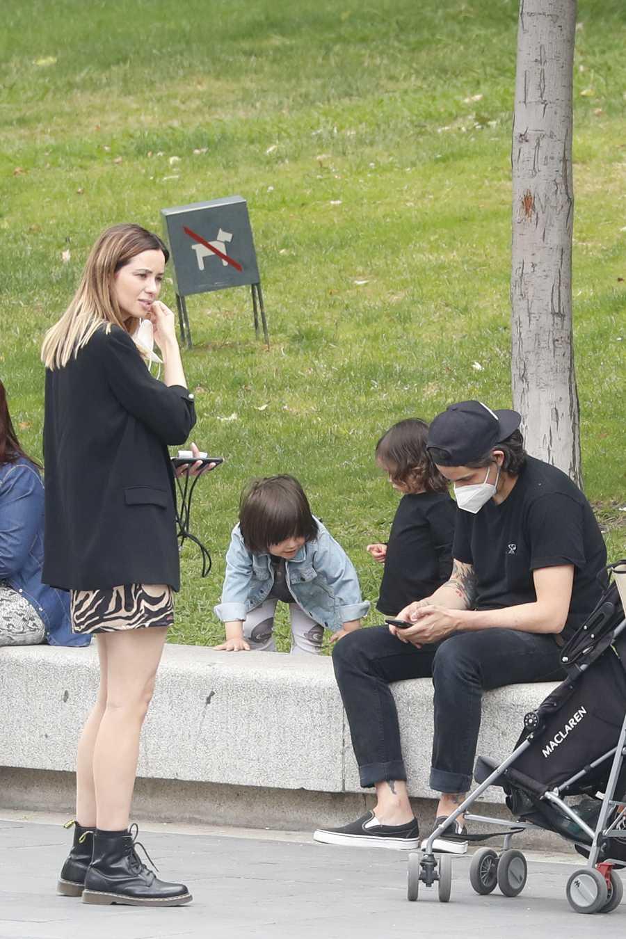 Dafne Fernández y su familia en las calles de Madrid