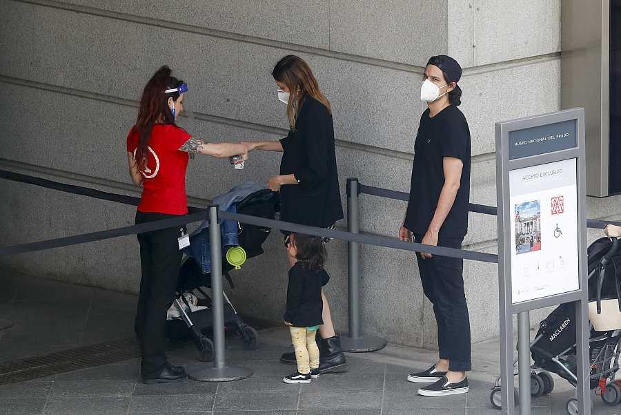 Dafne Fernández, Mario Chavarria y su hijo Jon entran al Museo del Prado en Madrid