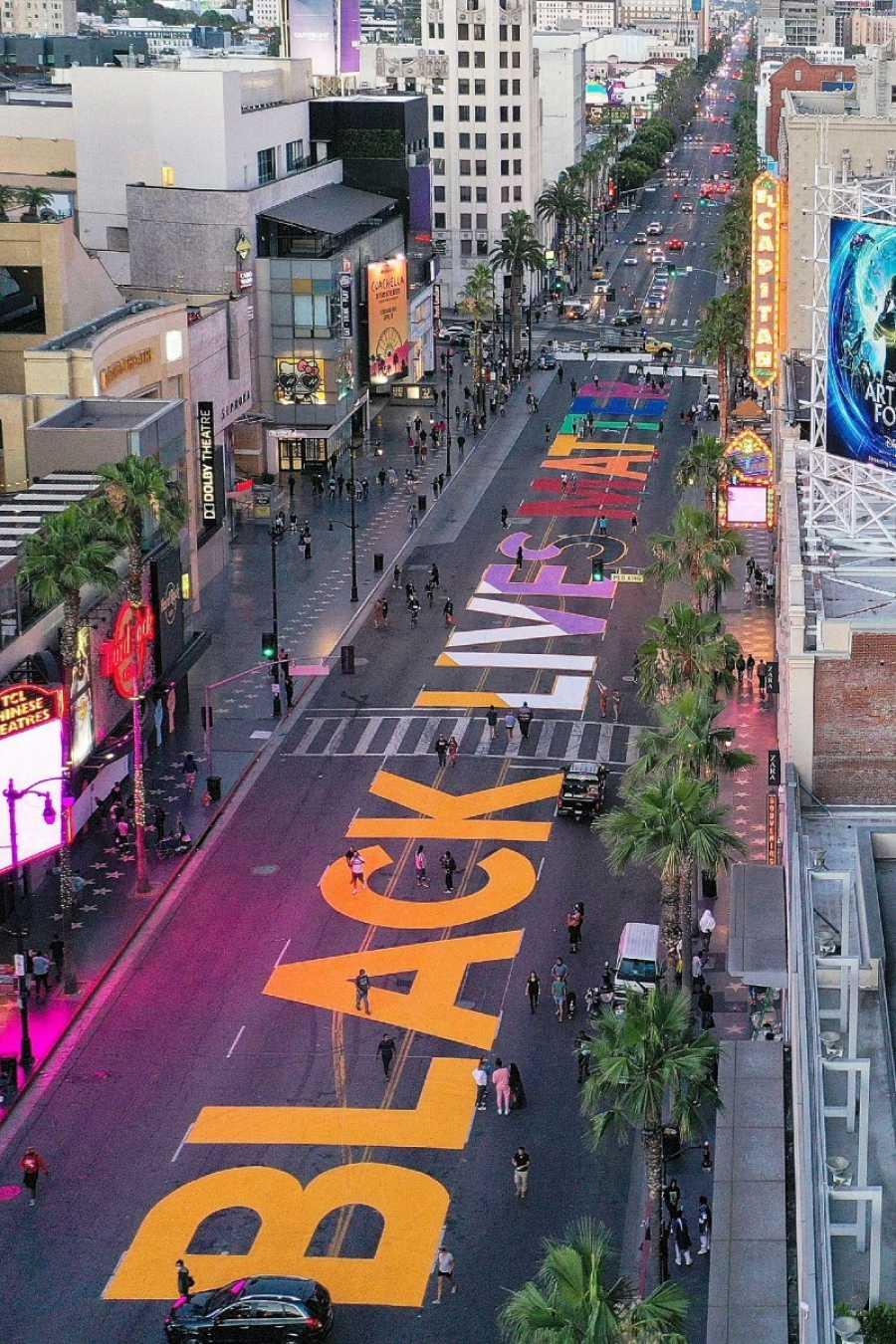 El movimiento 'Black Live Matters' se pinta de arcoíris en Hollywood Boulevardn en Los Ángeles