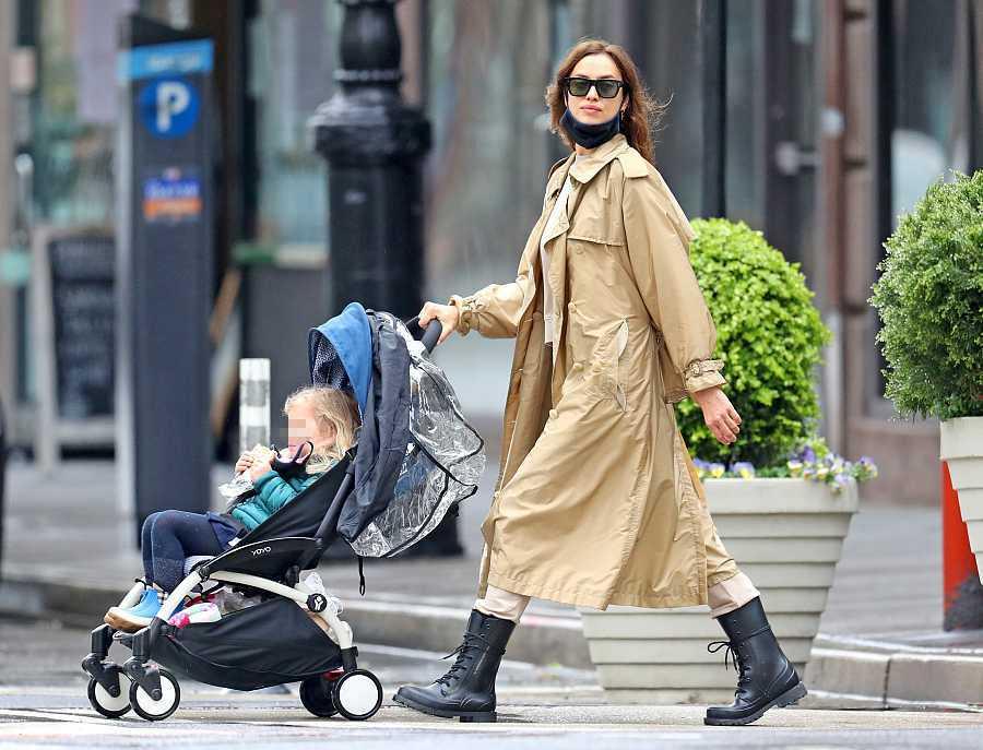 Irina Shayk pasea a su hija Lea por las calles de Nueva York