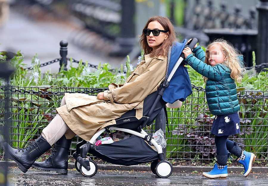 Lea de Seine pasea a su madre, Irina Shayk, en un día de lluvia