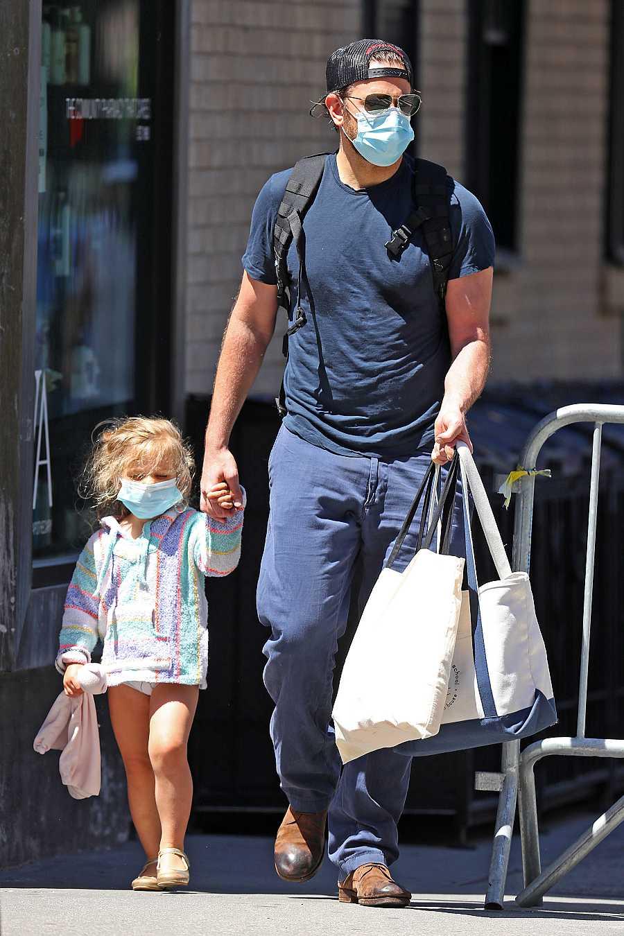 Bradley Cooper, de compras con su hija Lea en Nueva York