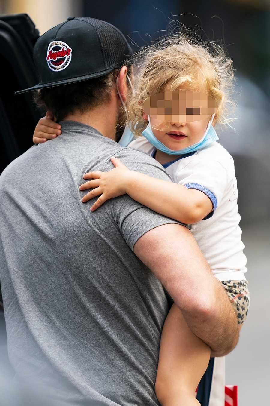Lea de Saine Shayk Cooper en los brazos de su padre, Bradley Cooper