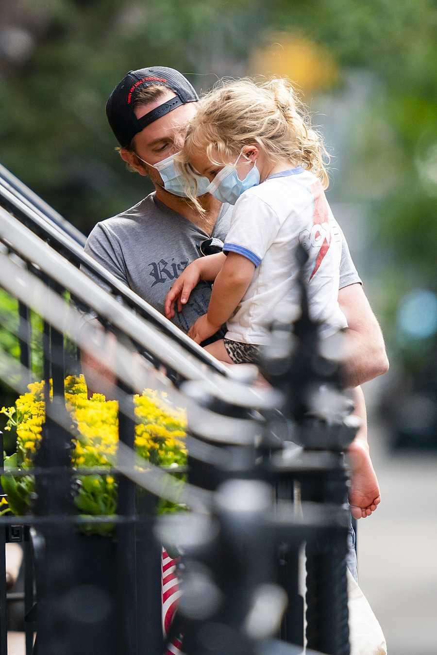 Bradley Cooper y su hija Lea, hace una semana, volviendo de la compra