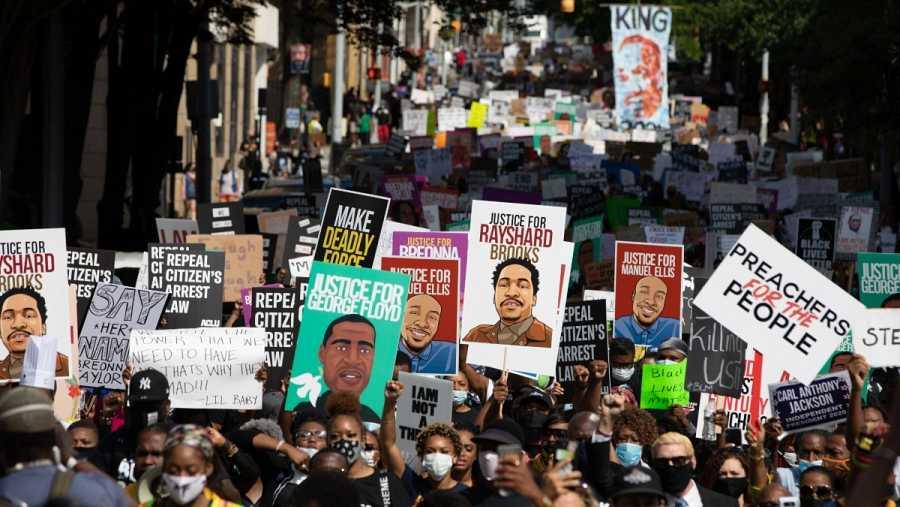 Miles de manifestantes han participado en la marcha por la justicia en el centro de Atlanta, Georgia