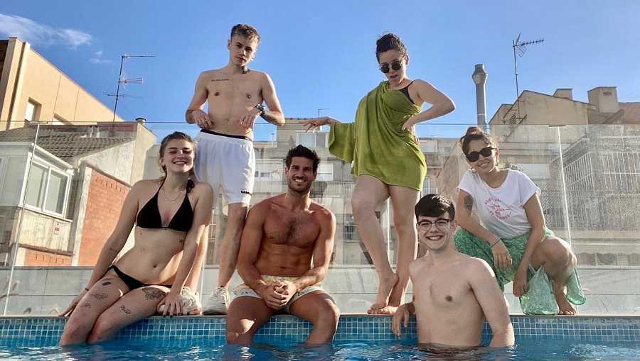 Un jugador del F. C. Barcelona les dejó su piscina a los chicos de OT