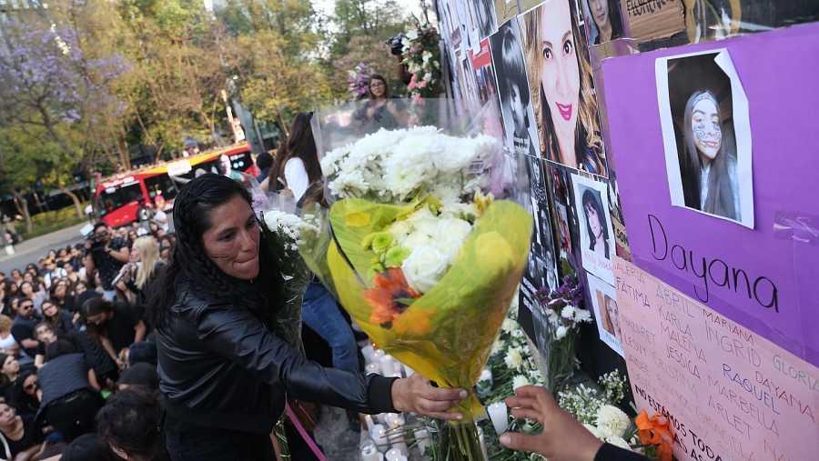 Grupo de manifestantes colocan una ofrenda a todas las víctimas de feminicidio en Ciudad de México (México)