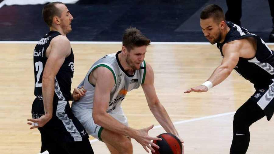El ala-pívot canadiense del Joventut de Badalona, Conor Morgan trata de avanzar ante dos defensores de Bilbao Basket.