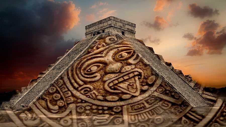 Fotomontaje de una pirámide maya con una de las caras del calendario maya sacando la lengua.