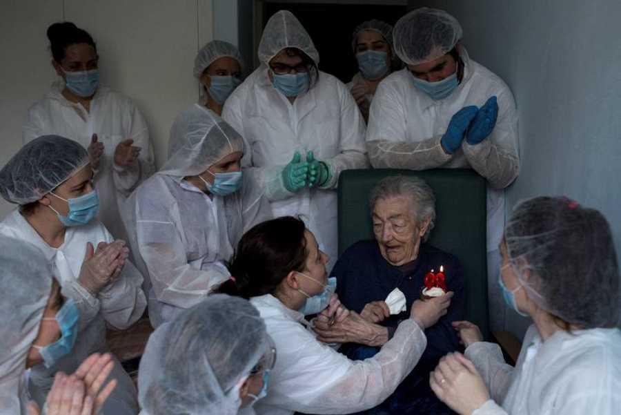 Trabajadoras de la residencia San Carlos de Celanova (Ourense) celebran el cumpleaños de Elena Pérez, de 98 años.