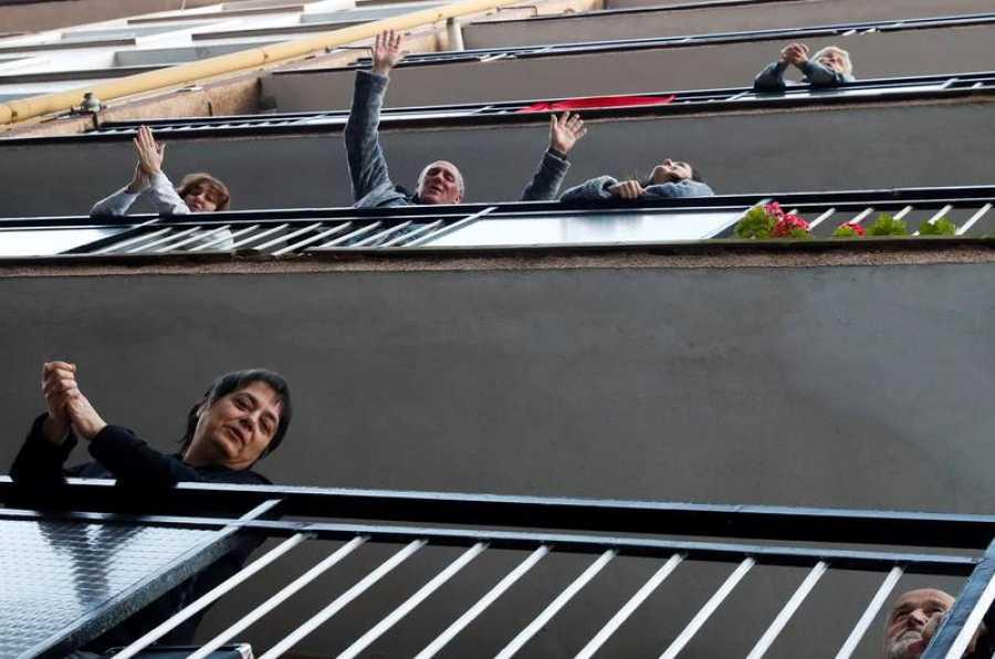 Vecinos de Pasai Antxo (Gipuzkoa) aplauden durante la cuarta semana de confinamiento.