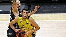 El pívot georgiano del Iberostar Tenerife, Gio Shermadini, trata de superar la defensa del pívot checo del Retabet Bilbao Basket, Ondrej Balvin.