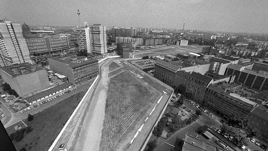 Fotografía de archivo del 18 de julio de 1986 que muestra una vista general del Berlín dividido, cerca del 'Checkpoint Charlie'.