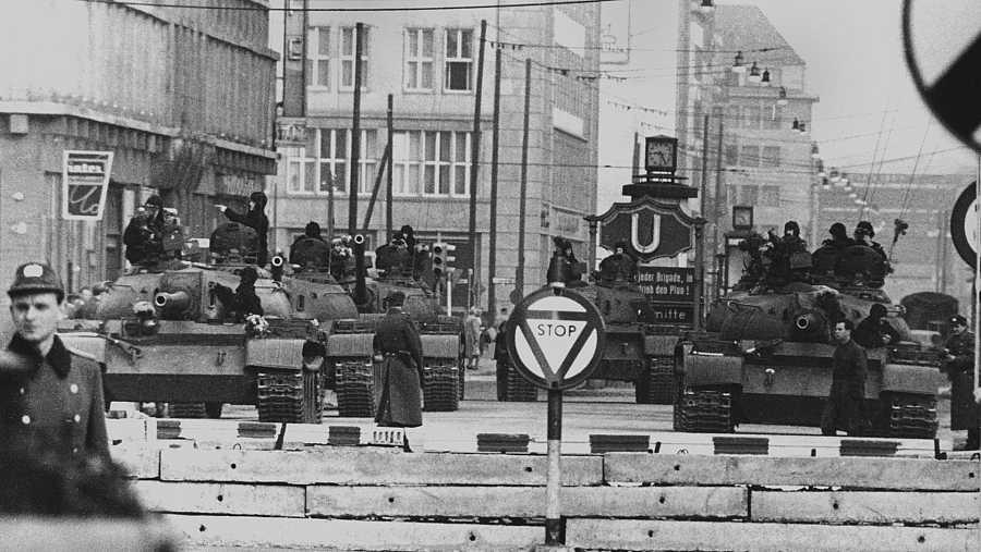 Tanques soviéticos apuntan a carros americanos en el paso fronterizo de Berlín en 1961.