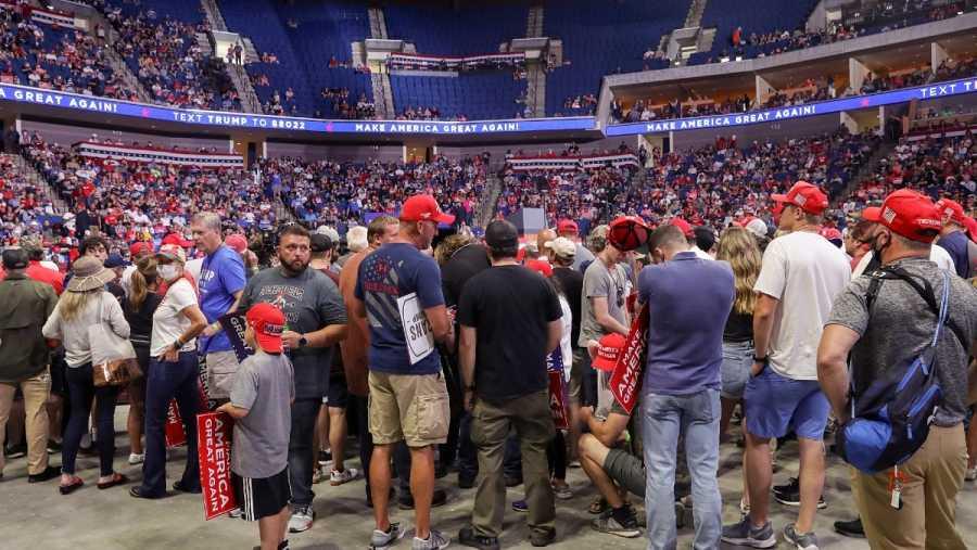 Seguidores del presidente de Estados Unidos, Donald Trump, esperan su reaparición en el primer mítin de campaña, en Tulsa, durante la pandemia