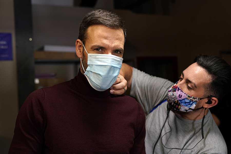 Daniel Grao con mascarilla en el rodaje de 'HIT'